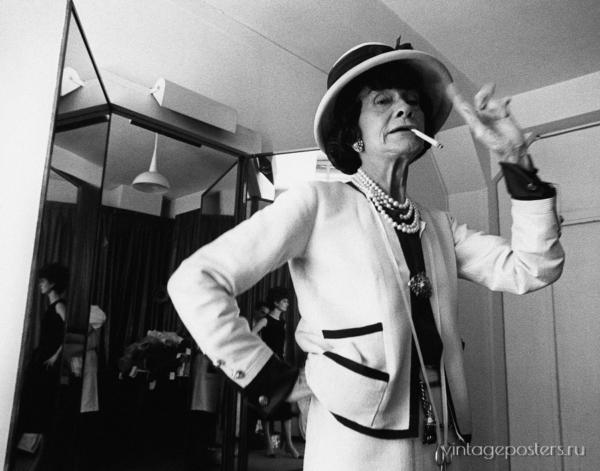 """Купить для интерьера на стену Постер """"Коко Шанель курит сигарету в примерочной комнате"""" Франция 1961"""