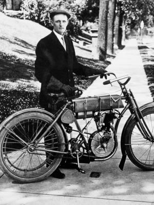 """Купить для интерьера на стену Постер """"Вальтер Дэвидсон со своим мотоциклом"""" США 1908"""
