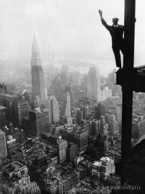 """Купить для интерьера на стену Постер """"Мужчина машет рукой с Эмпайр-Стейт-Билдинг"""" США 1930"""