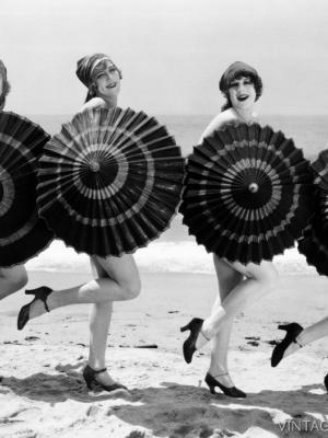 """Купить для интерьера на стену Постер """"Девушки с зонтиками на пляже"""" США 1930"""