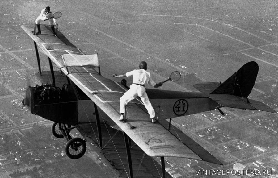"""Купить для интерьера на стену Постер """"Сорвиголовы, играющие в теннис на биплане"""" США 1930"""