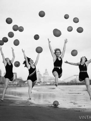 """Купить для интерьера на стену Постер """"Танцовщицы с мячами на пляже Лонг-Бич"""" США 1932"""