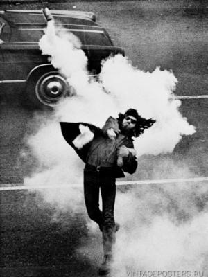 """Купить для интерьера на стену Постер """"Демонстрант бросающий слезоточивый газ обратно"""" США 1970"""
