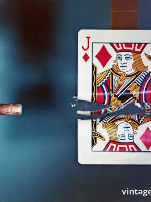 """Купить для интерьера на стену Постер """"Пуля разрезающая игральную карту"""" США 1964"""