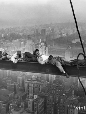 """Винтажный Ретро Постер """"Строители отдыхают на стальной балке над Манхэттеном"""" США 1932 для интерьера купить"""