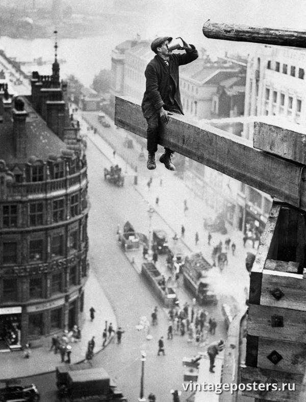 """Винтажный Ретро Постер """"Высотный рабочий пьет чай на балке"""" Англия 1915 для интерьера купить"""