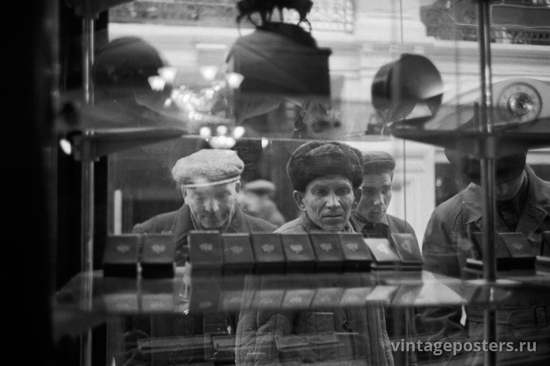 Москвичи разглядывают в витрине ГУМа настольные и наручные часы Златоустовского часового завода. Москва. 1956г.