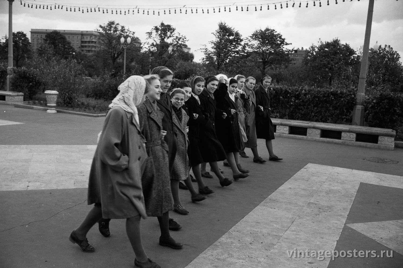Гуляющие школьницы в ЦПКиО им. Горького. Москва. 1956г.