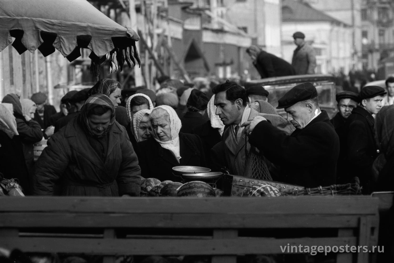Продажа арбузов у Зацепского колхозного рынка. Москва. 1956г.