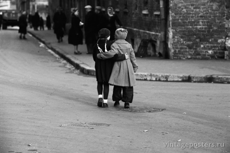 Фото старой Москвы 1950 годов: Обнимающиеся дети на улице. 1956г