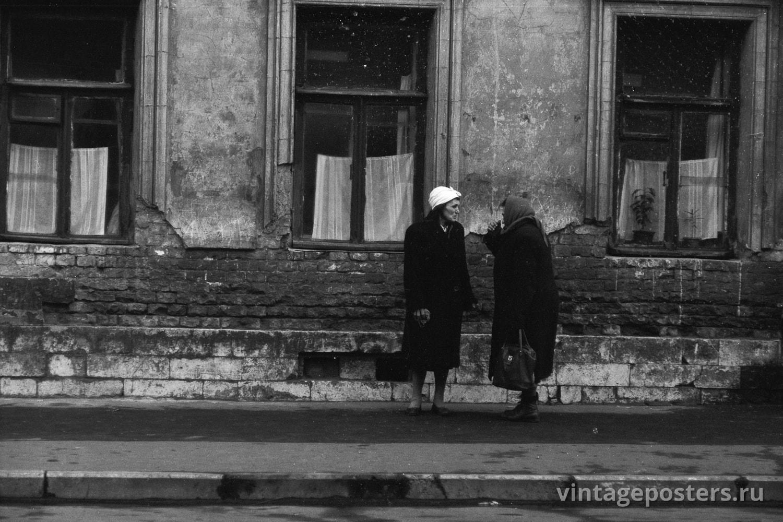 Фото старой Москвы 1950 годов: Две женщины разговаривают на улице. 1956г