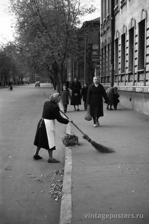Женщина дворник подметает улицу Зацепа. Москва. 1956г.