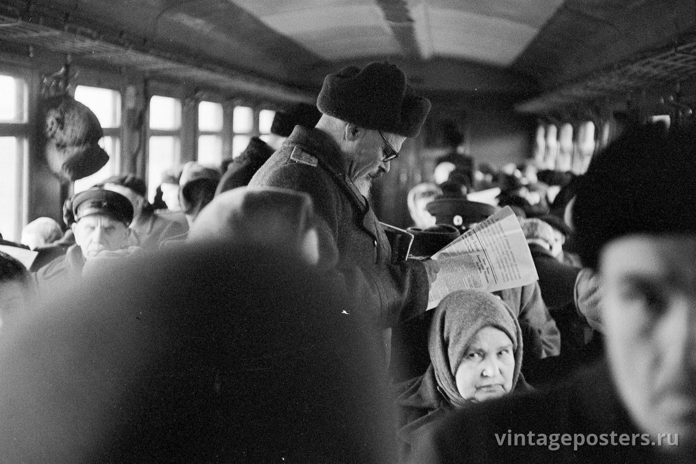 Фото старой Москвы 1950 годов: Пассажиры пригородного поезда в вагоне. 1956г