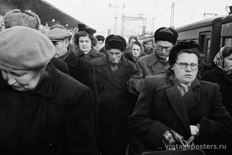 Пассажиры прибывшего пригородного поезда на перроне Ярославского вокзала. Москва. 1956г. Фото №26