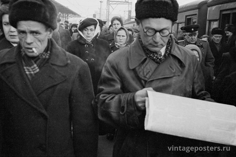 Пассажиры прибывшего пригородного поезда на перроне Ярославского вокзала. Москва. 1956г. Фото №27