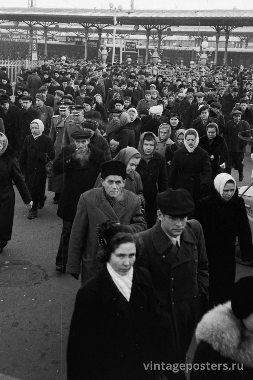 Фото старой Москвы 1950 годов: Пассажиры прибывшего пригородного поезда покидают вокзал. 1956г