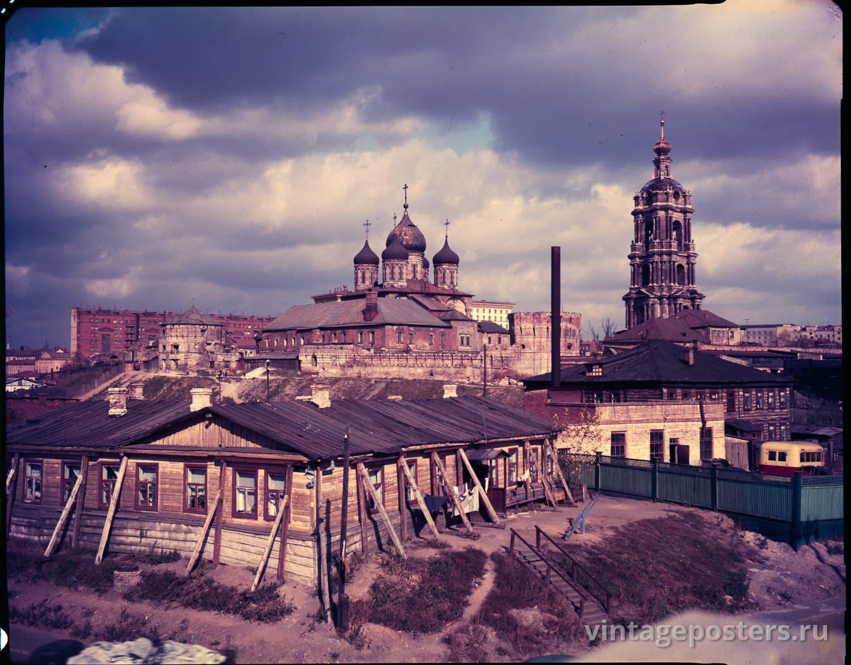 Фото старой Москвы 1950 годов: Старая Москва, Крутицкий холм. Вид на Новоспасский монастырь — в то время хозчасть НКВД.  1956г