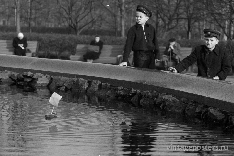 Дети запускают кораблик в фонтане у Большого Театра. Москва. 1956г.