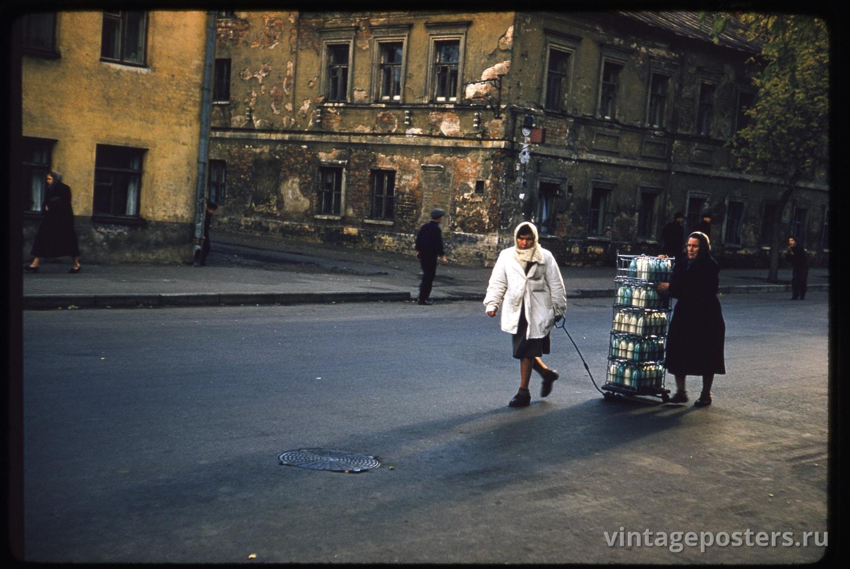 Женщины везут по улице Зацепа тележку полную бутылок с молоком. Москва. 1956г.
