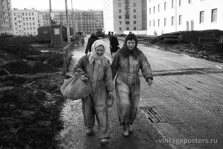 Маляры идут на обед по строящемуся Ломоносовскому проспекту. Москва. 1956г.