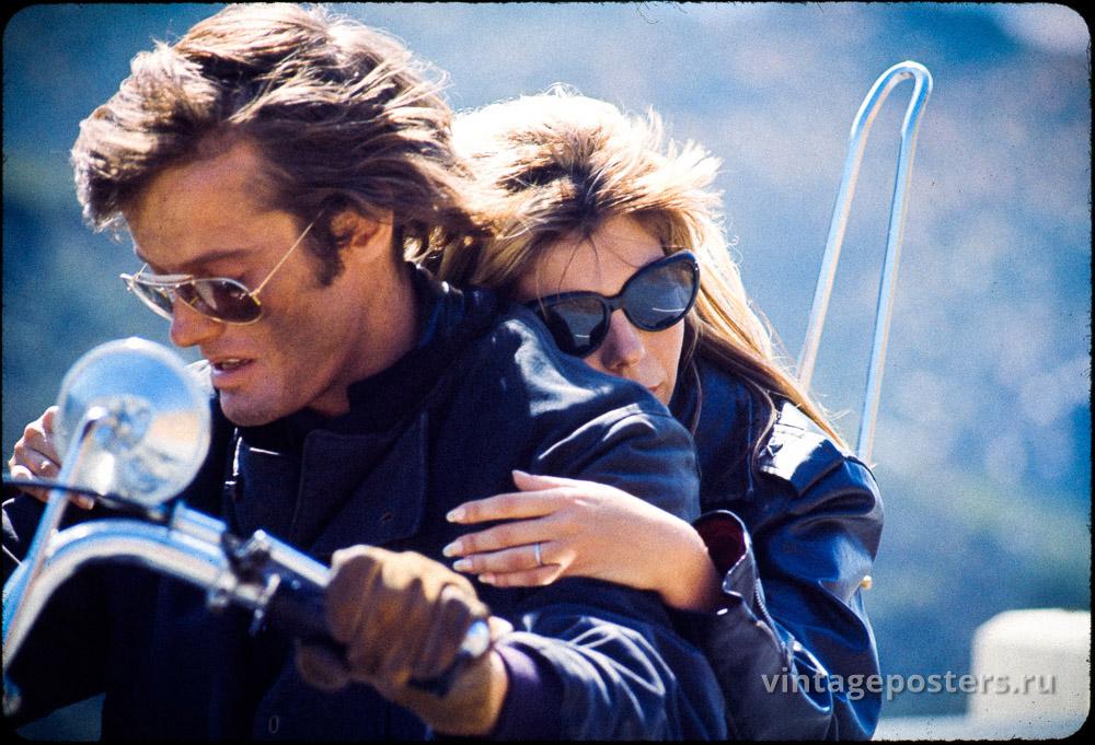 """Нэнси Синатра обнимает Питера Фонду на съемках к/ф """"Дикие ангелы"""" 1966г."""