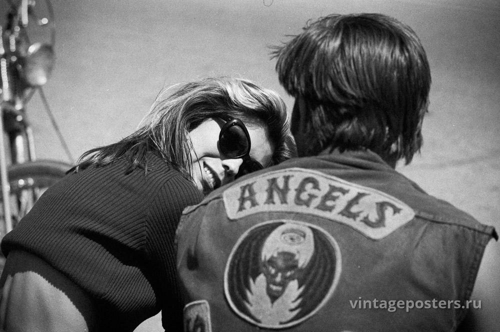 """Нэнси Синтара и Коби Дэнтон (спиной) на съемках к/ф """"Дикие ангелы"""". 1966г."""