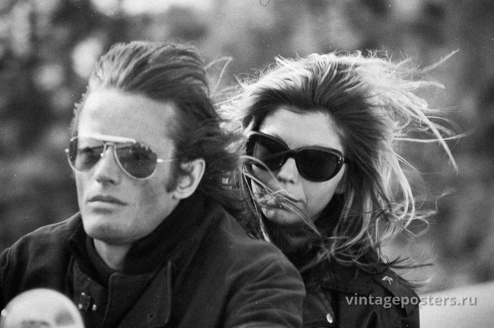 """Питер Фонда и Нэнси Синатра едут на мотоцикле на съемках к/ф """"Дикие ангелы"""" 1966г."""