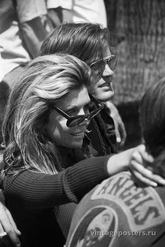 """Питер Фонда, Нэнси Синатра и Коби Дэнтон (спиной) на съемках к/ф """"Дикие ангелы"""" 1966г."""