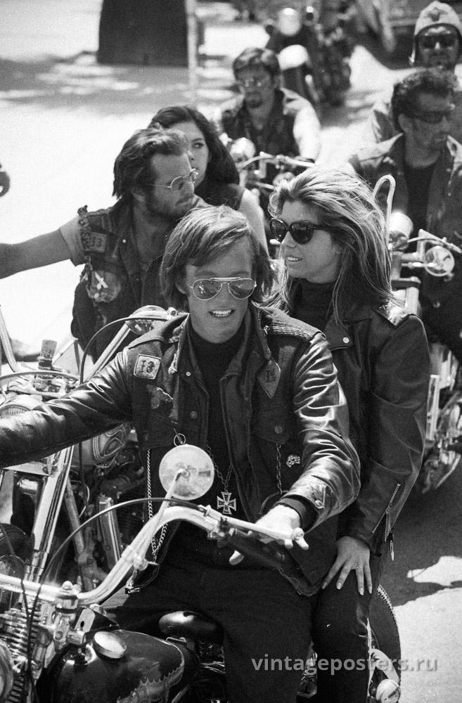 """Питер Фонда и Нэнси Синатра едут на мотоцикле в окружении других байкеров на съемках к/ф """"Дикие ангелы"""" 1966г."""