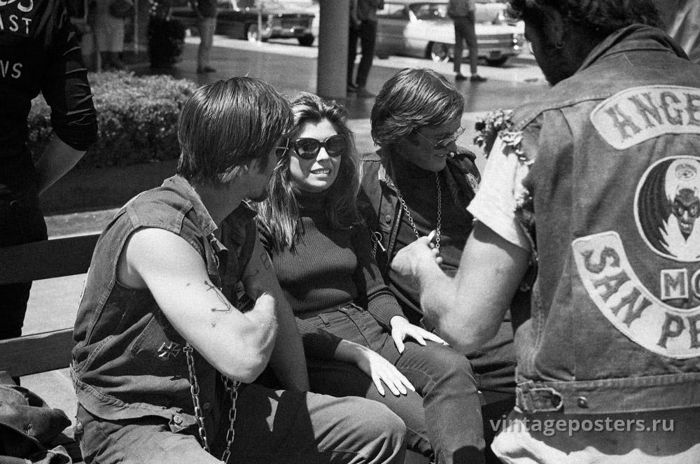 """Питер Фонда, Нэнси Синатра и Коби Дэнтон (в развороте) на съемках к/ф """"Дикие ангелы"""" 1966г."""
