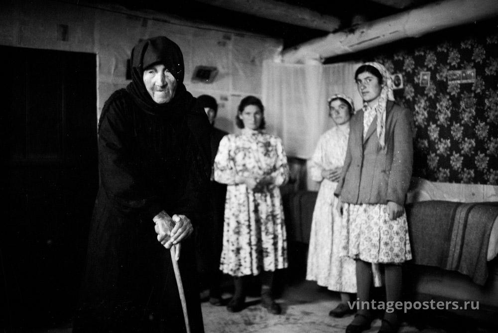 Пожилая женщина с семьей. Грузия. 1956г.
