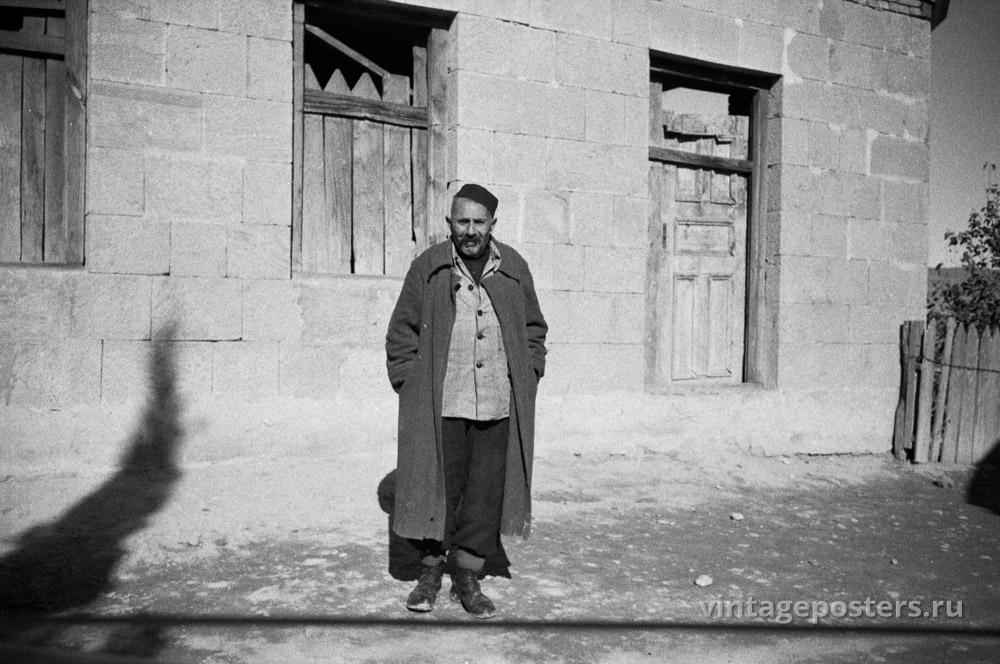 Мужчина перед домом. Грузия. 1956г.