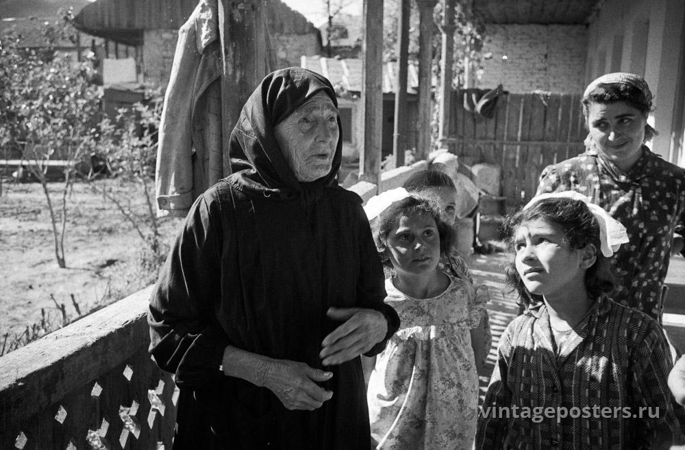 Пожилая женщина с дочерью и внучками. Грузия. 1956г.