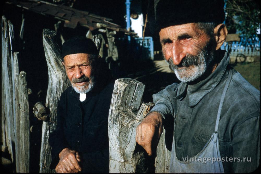 Двое пожилых мужчин у ограды. Грузия. 1956г.
