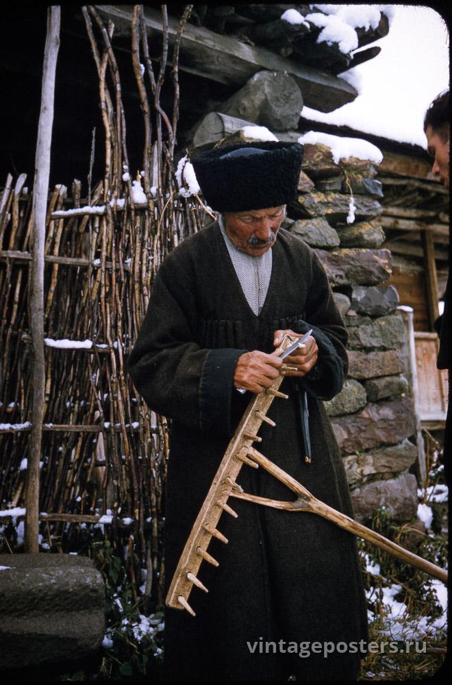 Мужчина занимается починкой граблей. Грузия. 1956г.