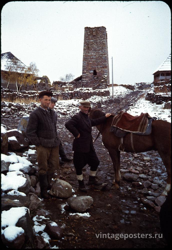 Односельчане на центральной улице. На заднем плане Сванская башня. Грузия. 1956г.