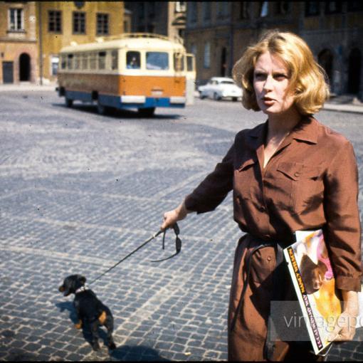 Восходящая звезда польского кино Беата Тышкевич на Рыночной площади Старого города. Варшава, Польша. 1956г.