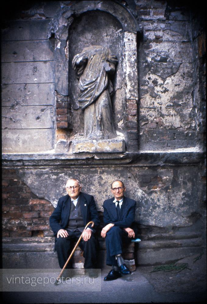 Двое пожилых мужчин. Варшава, Польша. 1956г.