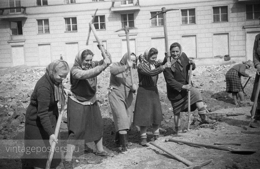 Дорожные работы. Женщины рыхлят грунт кирками. Варшава, Польша. 1956г.