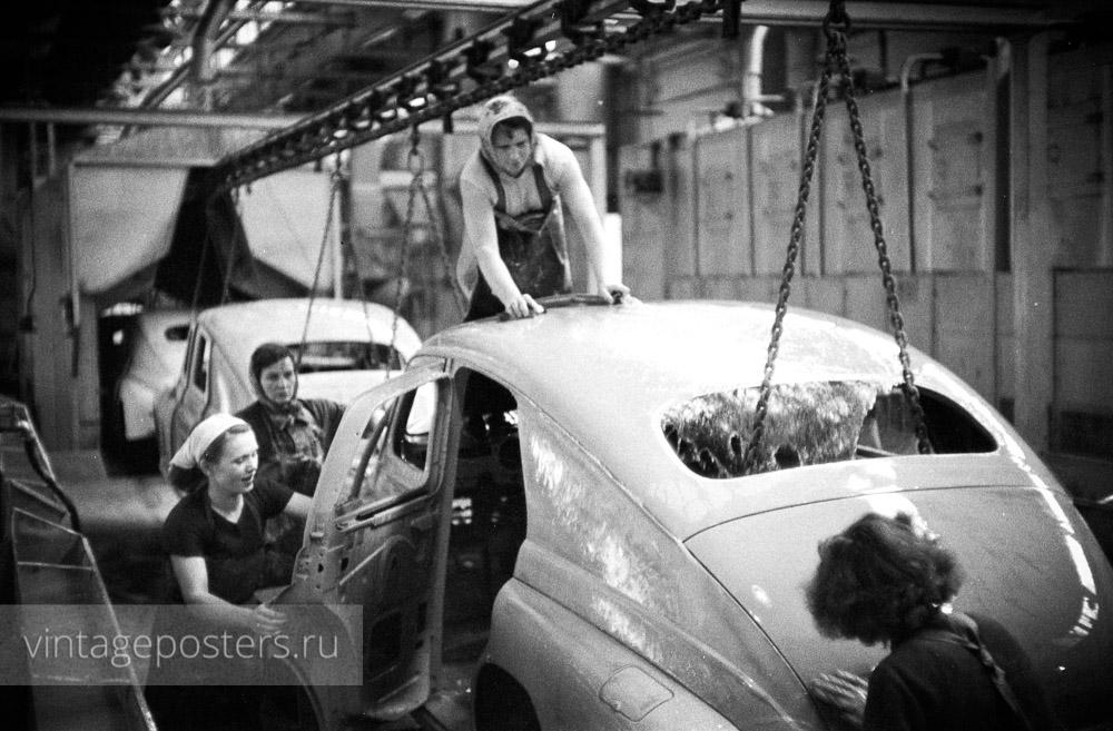 """Мойка кузова автомобиля """"Варшава"""" на конвейере, автомобильный завод """"FSO"""". Варшава, Польша. 1956г."""