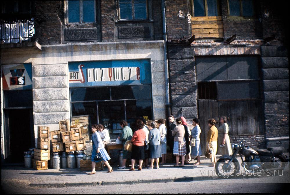 Очередь за сметаной. Варшава, Польша. 1956г.