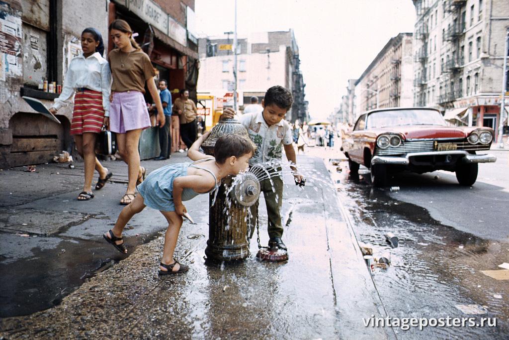 Дети пьют воду из пожарного гидранта, Авеню Си, Нижний Ист-Сайд, 1970г.