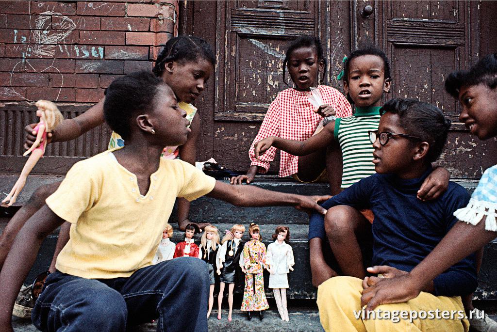 Девочки играют с барби, Восточный Гарлем, 1970г.