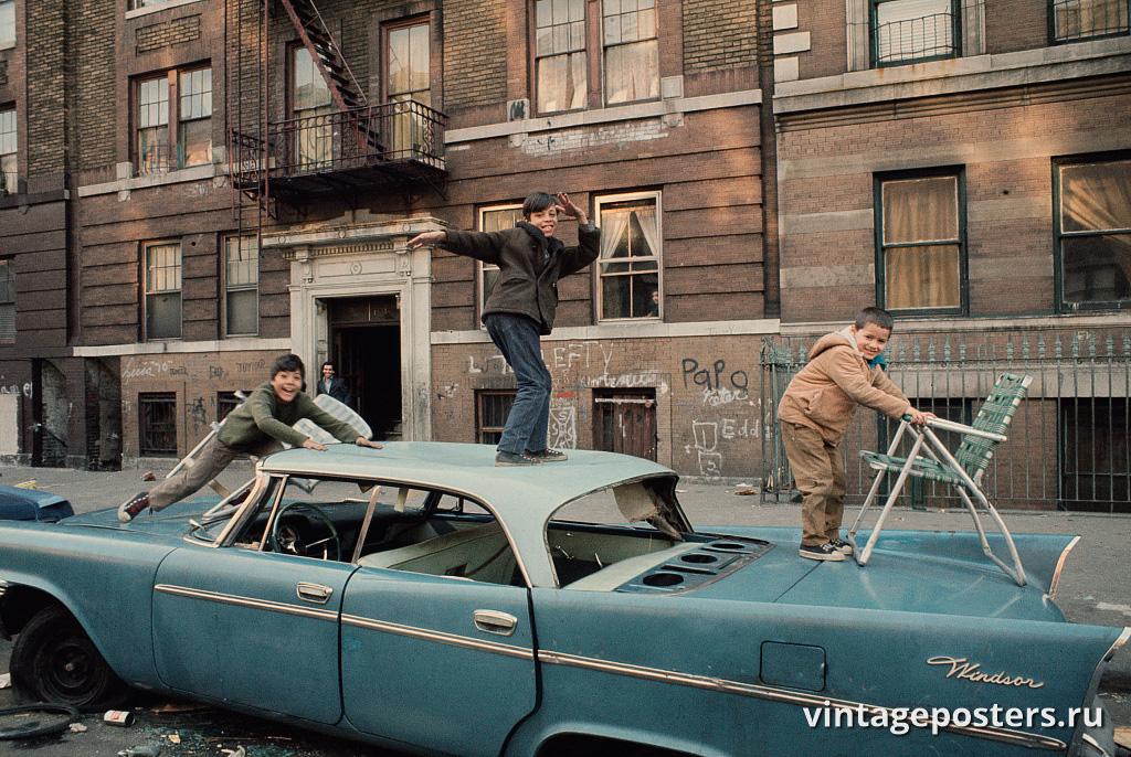 Дети играют на брошенной машине в Южном Бронксе, 1970г.