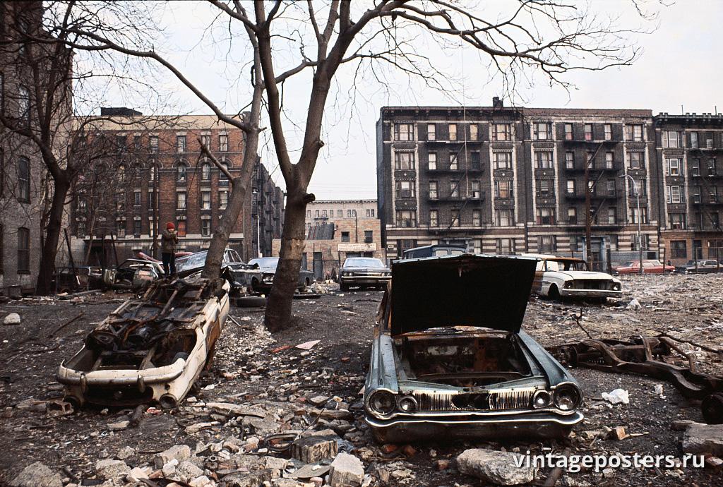 Разбитые машины в сквере на пересечении Игл и Вестчестер-авеню, Бронкс, 1970г.