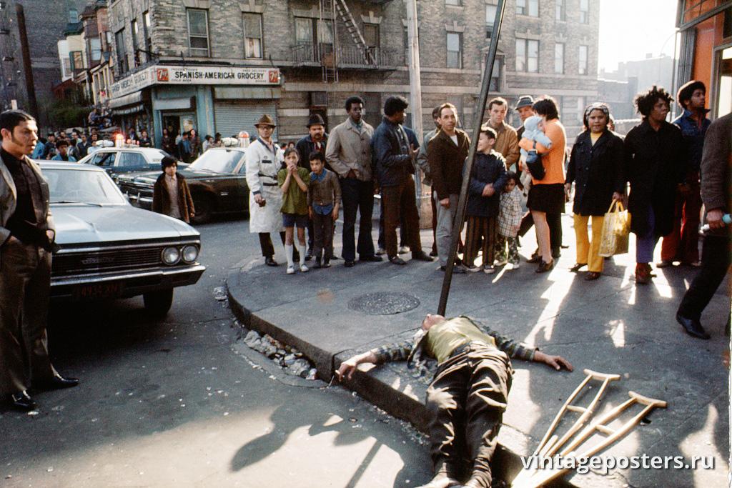 Мертвый мужчина на тротуаре перекрестка Хоу-авеню и 172-й улицы, Бронкс, 1970г.