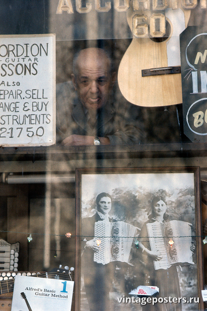Хозяин в витрине музыкального магазина в нижнем Ист-Сайде, 1970г.
