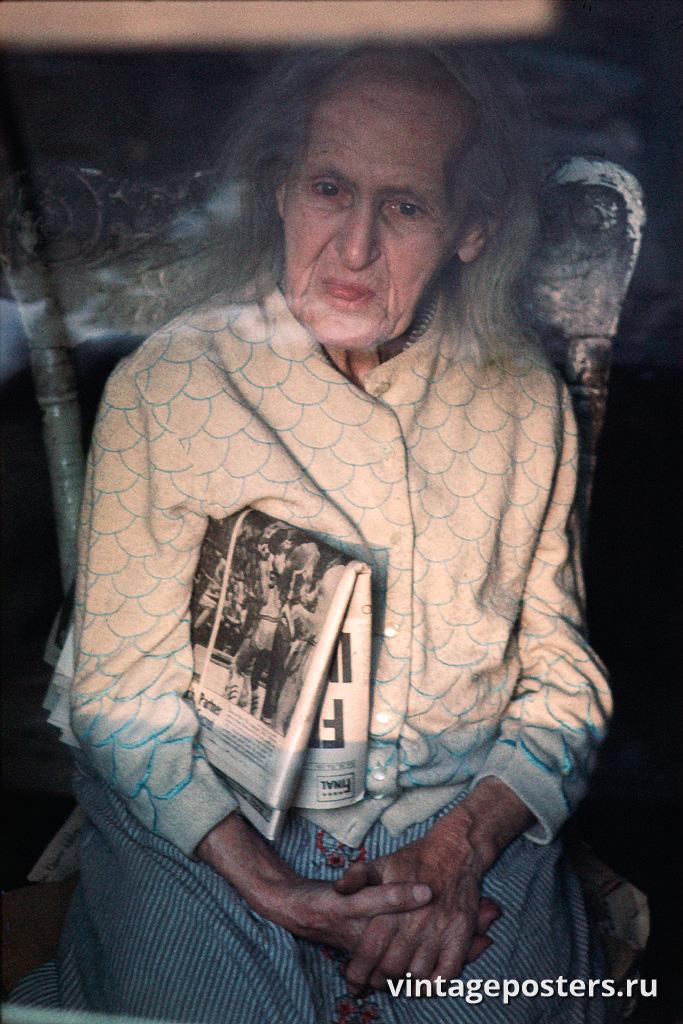 Пожилая женщина смотрит из окна своего дома, нижний Ист-Сайд, 1970г.