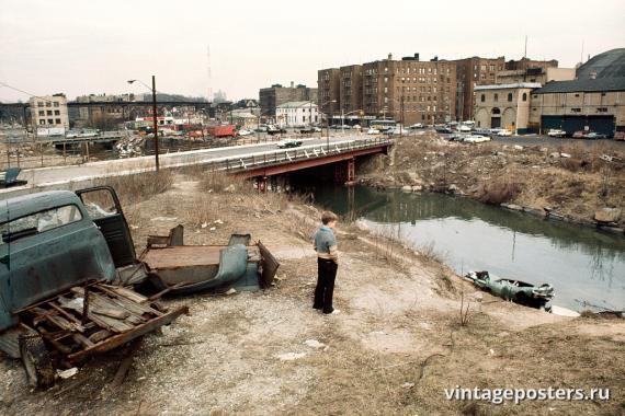 Мальчик на берегу реки Бронкс, Бронкс, 1970г.