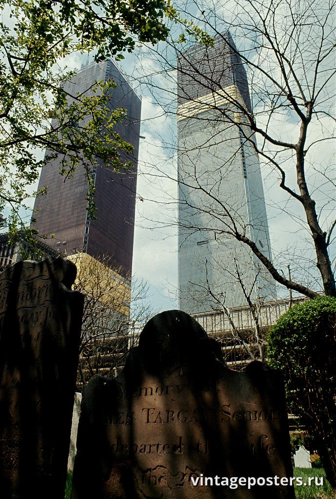 Кладбище часовни Святого Павла, на заднем плане строящиеся Башни Всемирного Торгового Центра , Манхэттен, 1970г.